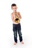 吹入喇叭的男孩 免版税图库摄影