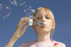 吹动吹的泡影女孩 库存图片
