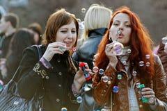 吹在一flashmob的少妇画象肥皂泡在伏尔加格勒 免版税库存图片