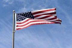 吹在微风的美国国旗反对明亮的蓝天 库存图片
