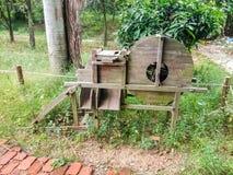 吹在米的一台老农村风车 免版税库存照片