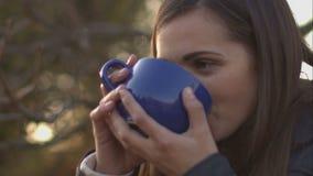 吹在茶的妇女变冷静 影视素材