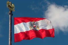 吹在风的奥地利旗子 免版税库存图片