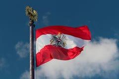 吹在风的奥地利旗子 库存图片