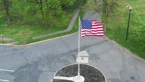 吹在风的美国国旗鸟瞰图 股票视频