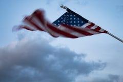 吹在风的美国国旗:行动造成的被弄脏的旗子 免版税图库摄影