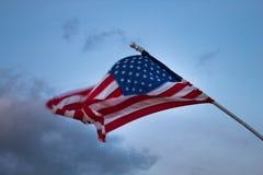 吹在风的美国国旗:行动造成的被弄脏的旗子 免版税库存照片