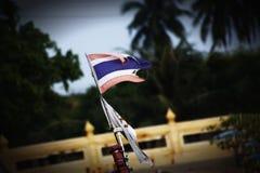 吹在风的老泰国旗子 免版税库存照片