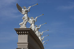 吹小号天使雕象似乎宣布一个天堂般的公告 免版税图库摄影