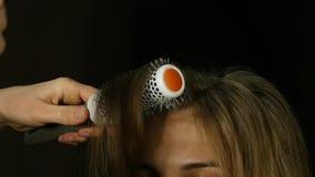 吹干的头发 有打击烘干机的美发师干燥客户头发在美容院 慢的行动 股票视频