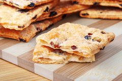 吹曲奇饼用在切板的葡萄干由竹条纹做成 库存图片