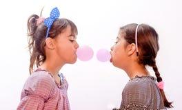 吹泡影的美丽的小女孩画象  免版税库存照片