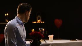 吹灭蜡烛和留下束玫瑰的急切男性,不成功的日期 股票录像
