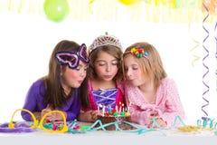 吹生日聚会蛋糕的儿童愉快的女孩 库存图片