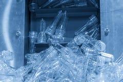 吹的塑料瓶过程预先形成零件 库存照片
