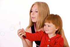 吹的泡影女孩头发的红色 免版税库存照片