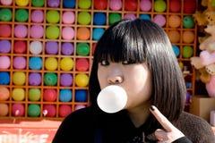 吹的泡影滑稽的女孩胶 库存图片