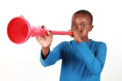 吹的男孩vuvuzela 免版税库存图片