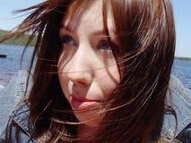 吹的表面头发她的妇女 免版税库存照片