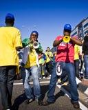 吹的风扇垫铁足球vuvuzela 免版税库存照片