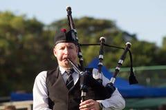吹笛者苏格兰高地汇聚 免版税库存图片