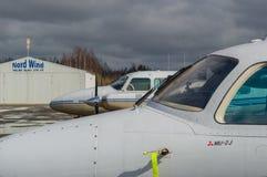 吹笛者那瓦伙族人PA-31和三菱MU-2J 图库摄影