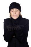 吹蓝色围巾妇女的金发碧眼的女人 免版税图库摄影