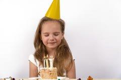 吹蜡烛做愿望生日孩子 免版税图库摄影