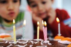 吹蜡烛的二个小男孩 库存照片
