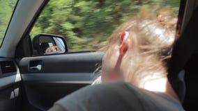 吹通过女孩的头发的风 睡觉在汽车的疲乏的少年女孩 股票录像