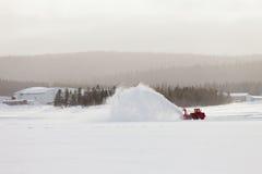 吹雪机在冬天风暴飞雪的清洁路 库存图片