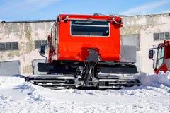 吹雪机雪板运动和坡道滑雪的雪犁 厄尔布鲁士山峰顶  北高加索俄罗斯 免版税图库摄影
