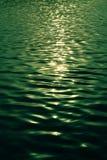 吹绿色水的微风 免版税图库摄影