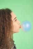 吹bubblegum泡影的女孩 库存照片