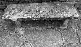 呈杂色的健壮石长凳大角度看法  库存图片