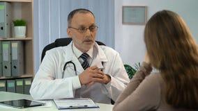 告诉关于问题的心理学家和哭泣,参观对医生的绝望妇女 影视素材