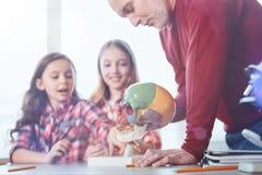 告诉创造性的精力充沛的老师他的关于人的解剖学的学生 免版税库存照片
