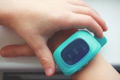 告诉妈妈 有GPS跟踪仪的儿童巧妙的手表 免版税库存照片