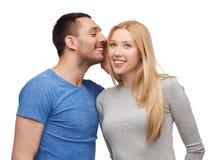 告诉微笑的男朋友女朋友秘密 免版税库存照片
