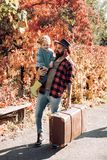 告诉有胡子的爸爸关于旅行的儿子 有全部经验的旅客 冒险主义的精神 r ?? 免版税库存照片