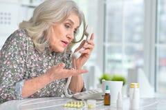 告诉病的年长的妇女医生 图库摄影
