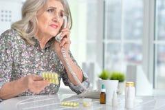 告诉病的年长的妇女医生 库存图片
