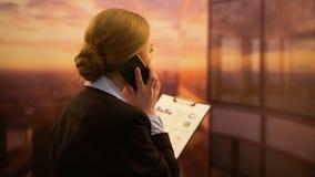 告诉的女实业家同事检查财政报告,公司表现 股票视频