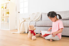 告诉的孩子玩具熊有趣的事 免版税库存图片