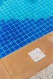 告诉的标志游泳池的深度 库存图片