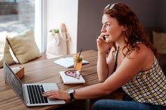 告诉繁忙的女实业家她的商务伙伴 免版税库存图片