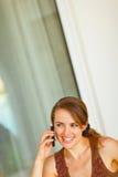 告诉美丽的妇女的纵向移动电话 免版税图库摄影