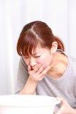 呕吐的妇女 免版税库存图片