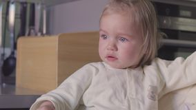 呜咽小女孩的画象哭泣和 影视素材