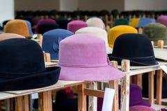 呢帽明亮的颜色销售在商店 免版税图库摄影